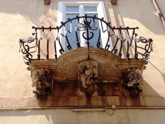 Ragusa Ibla - balcony art