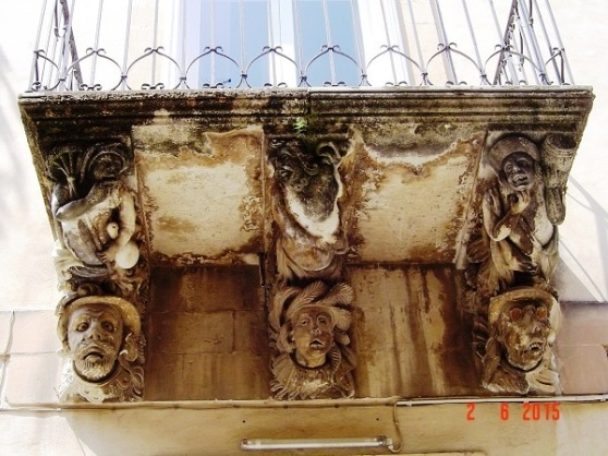 Ragusa Ibla - decorative balcony art