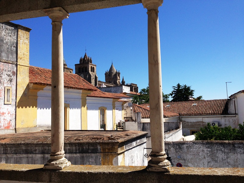 Evora - cathedral in background