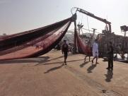 Maroc Larache - loading fishing net on to boat